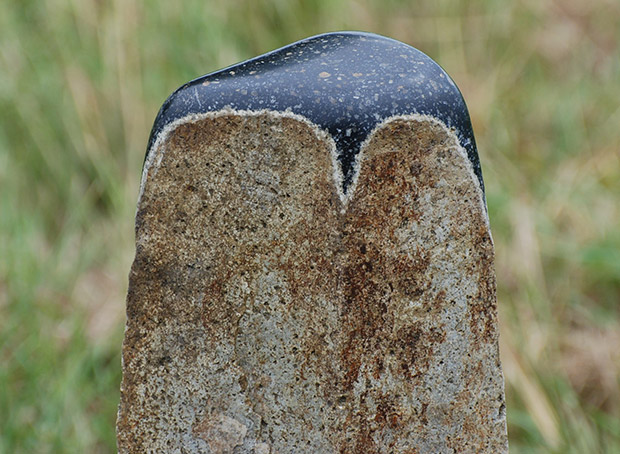 Hochglanzpolierte Basaltsäule